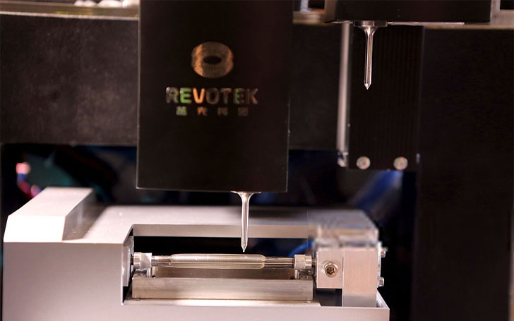 """2015年10月25日,四川成都,全球首台蓝光英诺3D生物打印机。当日,蓝光发展(600466.SH)旗下全资子公司四川蓝光英诺生物科技股份有限公司在成都宣布,具有完全自主知识产权、""""国家高技术研究发展计划(863计划)""""3D生物打印血管项目获得重大突破,全球首创3D生物血管打印机成功问世。一些科幻电影中的画面正向我们走来,颠覆想象的人体器官再造正在成为可能。成都商报记者 王红强 摄"""