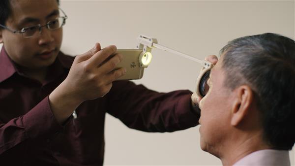 doctor-develops-3d-printed-eye-examination-kit-developing-countries-4