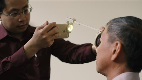 doctor-develops-3d-printed-eye-examination-kit-developing-countries-4